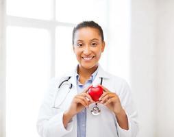 médico africano com coração foto