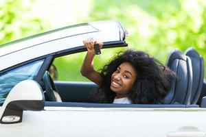 motorista adolescente negra, segurando as chaves do carro foto