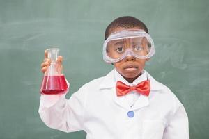 aluno triste segurando um líquido vermelho