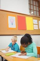 alunos ocupados trabalhando no trabalho de classe