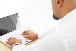 homem trabalhando no computador foto
