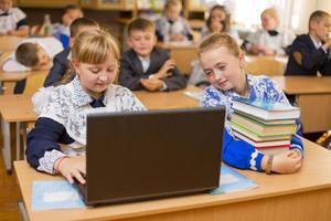 menina no computador foto