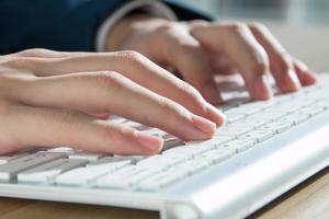 digitação de computador close-up foto