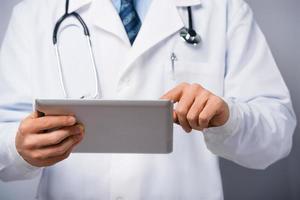 médico masculino com computador tablet foto