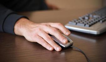 mão masculina no mouse foto