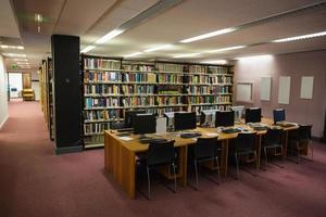 mesas de computador na biblioteca