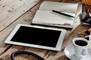 computador de pastilha branca na mesa de escritório foto