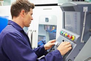 engenheiro operando máquina de trituração controlada por computador