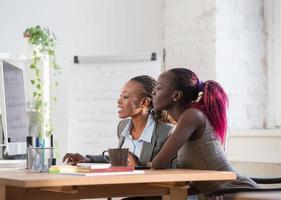 mulheres de negócios usando o computador no escritório foto