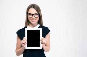 mulher sorridente, mostrando a tela do computador tablet em branco foto
