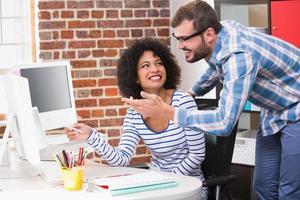 editores de fotos sorridentes usando o computador no escritório