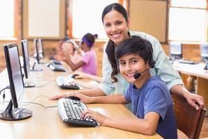 alunos bonitos na aula de informática com professor