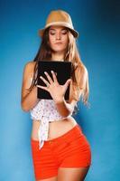 garota usando o tablet computador leitor de e-book.