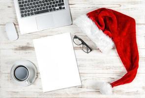 escritório local de trabalho computador, café papel decoração de natal foto