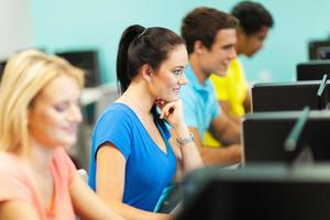 grupo de estudantes universitários na sala de informática foto