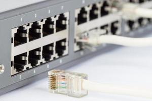 comutador de rede e cabos ethernet foto