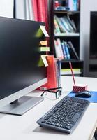 teclado na mesa de trabalho foto