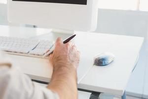empresário digitando no teclado do computador foto