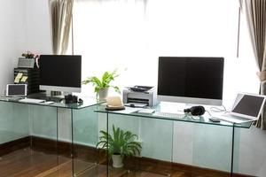 escritório em casa moderno com computador e labtop foto