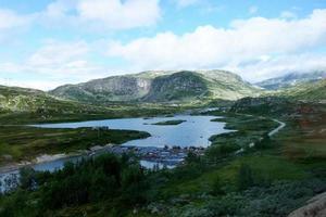 cenário alpino e montanhoso com lago, Noruega foto