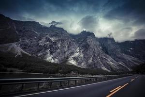 trollstigen passar noruega 1 rua com montanhas