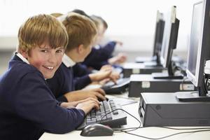 linha de crianças na aula de informática da escola
