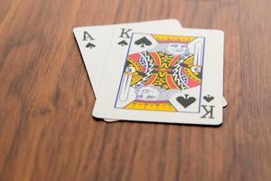 cartas de jogar - vinte e um com rei e ás de espadas foto