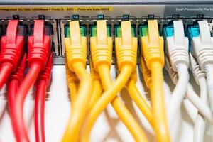 roteador com cabos de conexão conectados foto