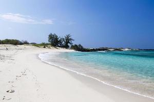 bela praia de areia vazia - destino romântico foto