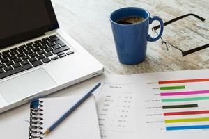 analisando números e impostos foto