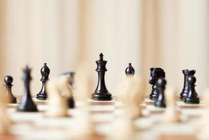 rei do xadrez em foco no tabuleiro de xadrez foto