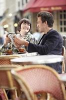 guia de leitura do casal no café ao ar livre foto