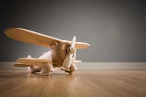 avião de brinquedo de madeira foto