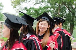 graduados universitários asiáticos foto