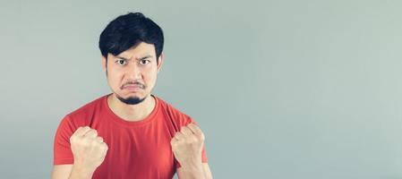 homem asiático com raiva foto