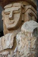 estátua de madeira rosto humano foto
