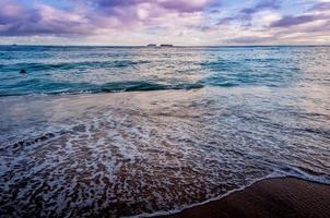 praia de waikiki ao pôr do sol foto