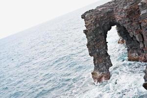 arco no parque nacional do vulcão. ilha grande, Havaí.