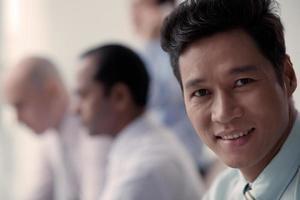 empresário asiático sorridente foto