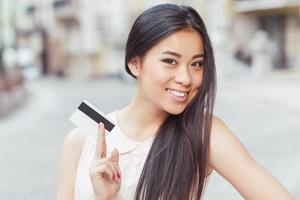 menina asiática em compras foto