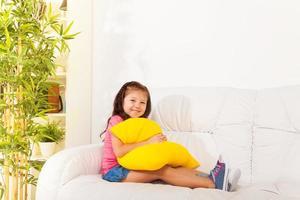 menina asiática com travesseiro