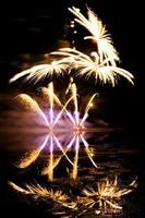 fogos de artifício dourados e roxos foto