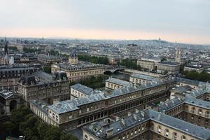 telhados, casas e ruas de paris da torre do sino foto
