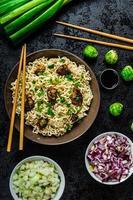 salada de macarrão de frango asiático foto