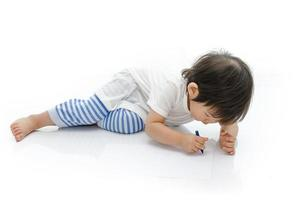 bebê asiático está escrevendo foto