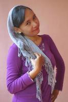 mulher asiática com cachecol foto