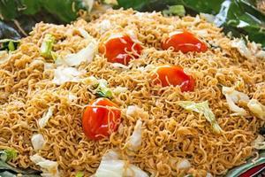 comida asiática, macarrão frito foto