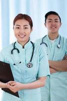 médicos asiáticos antes do trabalho foto