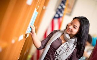 menina asiática na biblioteca foto