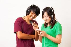 fones de ouvido e casal asiático foto